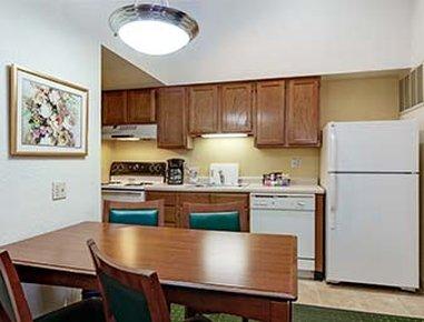 Hawthorn Suites By Wyndham Dearborn/Detroit MI - Kitchen
