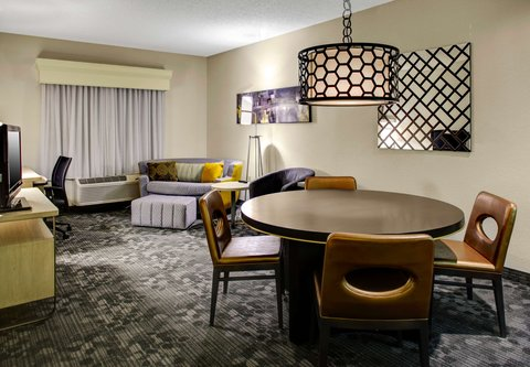 Courtyard By Marriott Columbus Downtown Hotel - King Suite   Living Area