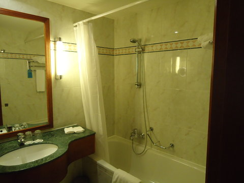 Radisson Blu Park Lane Hotel - Guest Bathroom