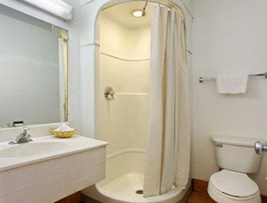 Travelodge - Nashville TN - Bathroom