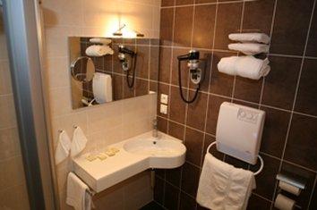 Brit Hotel Olympia - BATHROOM