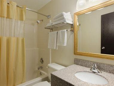 Days Inn Fort Dodge - Bathroom