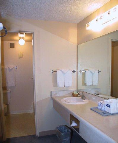Rodeway Inn Boise - Guest Room Bathroom