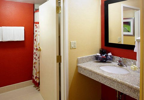 Courtyard Altoona - Guest Room Bathroom