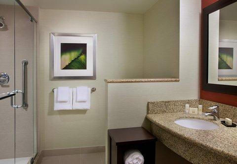 Courtyard By Marriott Calgary Airport Hotel - Guest Bathroom