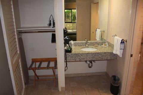 Best Western Plus Inn At The Vines - ADA-Accessible Guest Bathroom