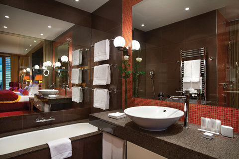 Kempinski Hotel Das Tirol - Double Room Bathroom
