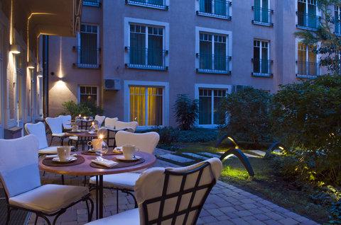Mamaison Residence Izabella Budapest - Garden at Mamaison Residence Izabella Budapest