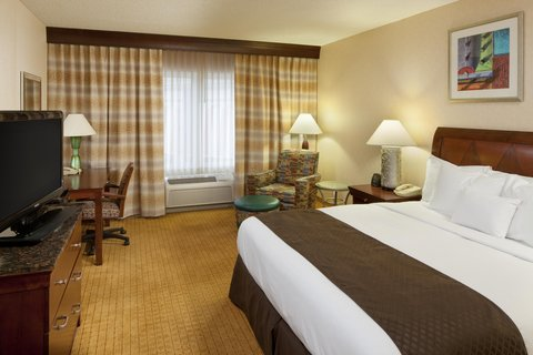 DoubleTree by Hilton Bloomington - King Bedroom