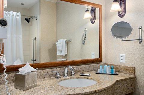 Hilton Austin Airport - Bathroom