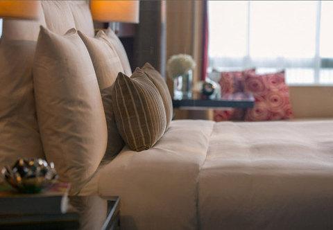 Renaissance Beijing Capital Hotel - Deluxe King Guest Room   Sleeping Area