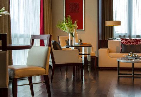Renaissance Beijing Capital Hotel - Club Studio Suite   Living Area
