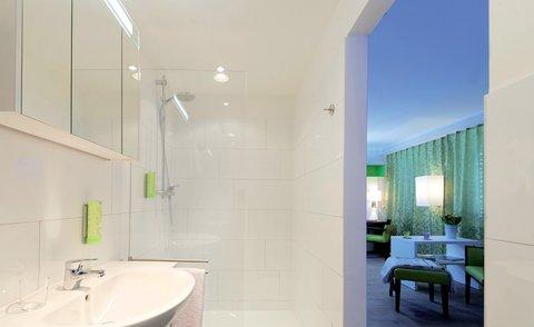 Bonnox Boardinghouse & Hotel - Bathroom Night