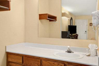 Baymont Inn & Suites Anderson Clemson - Bathroom