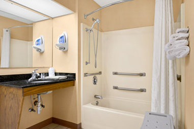 Baymont Inn & Suites Waycross - Accessible Bathroom