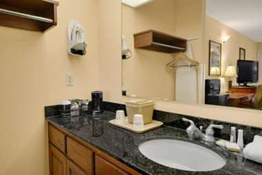 Baymont Inn & Suites Waycross - Bathroom