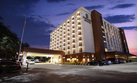 Embassy Suites Market Center Hotel - Embassy Suites Dallas Market Center Hotel Exterior at Night
