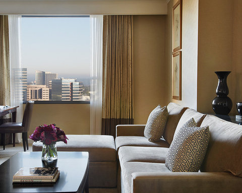 Four Seasons Atlanta - Corner Suite Living Room