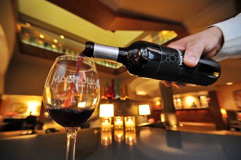 The Magnolia Hotel Dallas - Dallas Lobby With Wine Pour