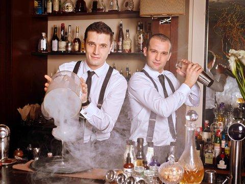 انتركوتيننتال جنيف - Bartender Team Shaking Cocktail