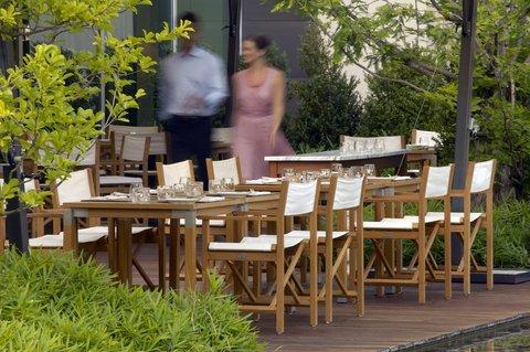 انتركوتيننتال جنيف - Couple on the Terrace of Restaurant Woods
