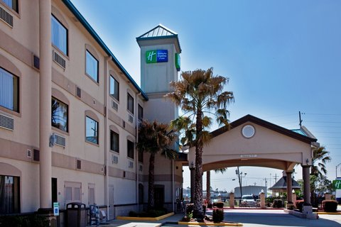 Holiday Inn Express Hotel & Suites Lake Charles - Well lit parking lot