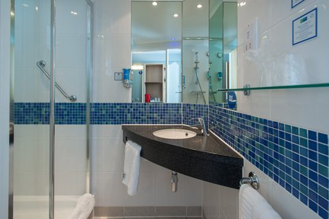 Holiday Inn Express EXETER M5, JCT. 29 - Freshen up in your en-suite complete with power shower