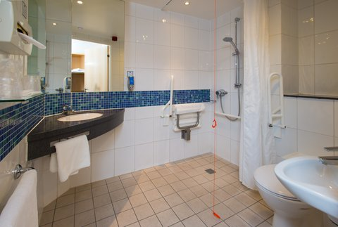 Holiday Inn Express CAMBRIDGE - Accessible bathrooms are fully equipped for wheelchair users