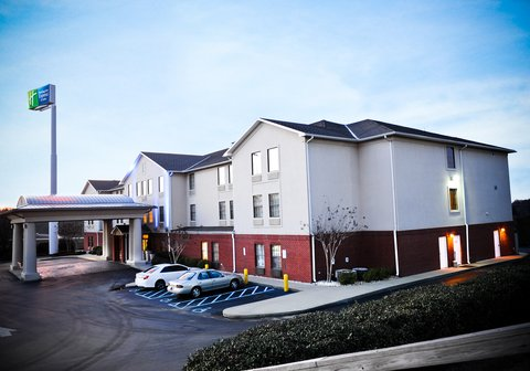 Holiday Inn Express & Suites FULTONDALE - Hotel Parking Area and Entrance