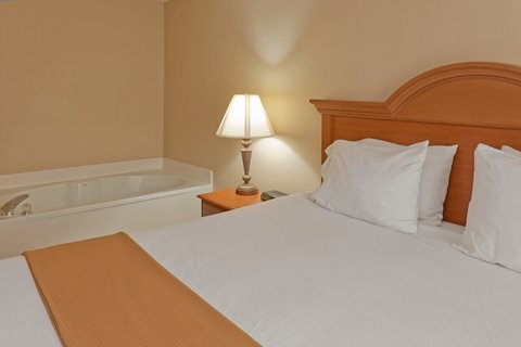 Holiday Inn Express & Suites FULTONDALE - Executive Suite