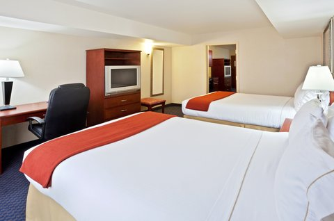 Holiday Inn Express ELLENSBURG - Two Queen Presidential Suite Bedroom