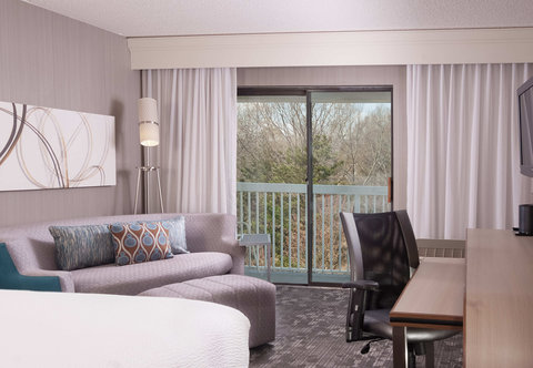 Courtyard Greenville-Spartanburg Airport - King Guest Room Balcony