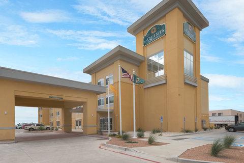 La Quinta Inn & Suites Artesia - Hotel Exterior
