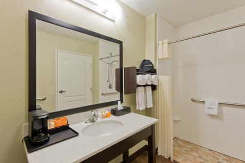 La Quinta Inn & Suites Artesia - Guest Bathroom