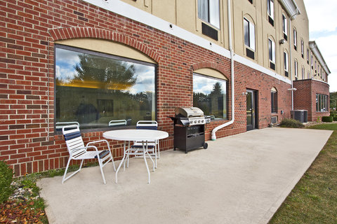 Holiday Inn Express & Suites GOSHEN - Guest Patio