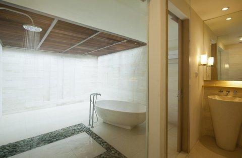 Holiday Inn Resort Baruna Bali - Guest Bathroom