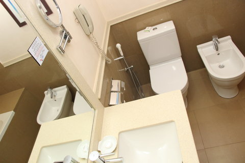 فندق هوليدي ان ازدهار - Guest Bathroom