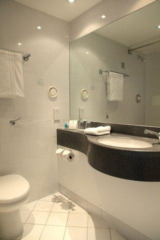 Holiday Inn Bristol Filton Hotel - Standard Guest Bathroom