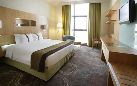 Holiday Inn ABU DHABI - Our contemporary standard room offers breathtaking views