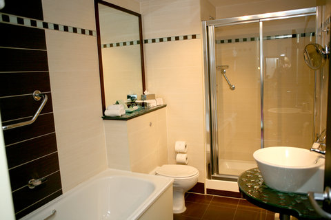 Crowne Plaza DUBLIN - NORTHWOOD - Enjoy a relaxing bath in the sparkling guest bathroom