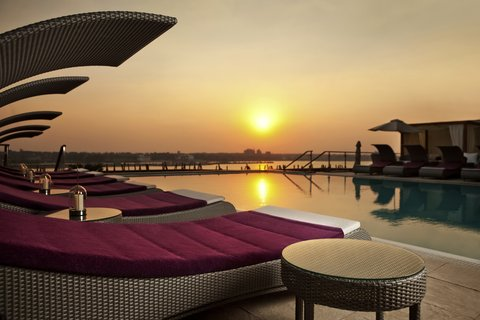 هوليداي إن القاهرة المعادي - The swimming pool is the perfect  place to enjoy  the sunset