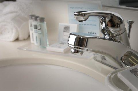 Hampton Inn Waco - Guest Bathroom