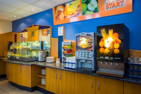 Holiday Inn Express Aberdeen City Centre - Hot drinks and fruit juice available at the touch of a button