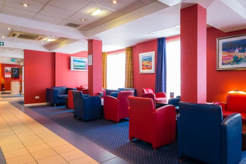 Holiday Inn Express Aberdeen City Centre - Bright leather seating  perfect for relaxing with friends