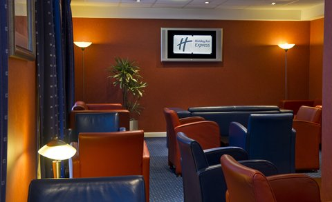 Holiday Inn Express Aberdeen City Centre - Catch some sports action with a pint in our comfortable bar