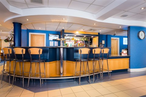 Holiday Inn Express Aberdeen City Centre - Stop at the bar for a  wee  aperitif before heading out to dinner