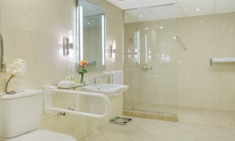 هوليداي إن القاهرة المعادي - Guest Bathroom featured in accessible room