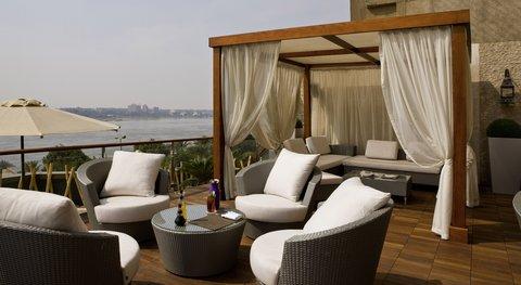 هوليداي إن القاهرة المعادي - The outdoor Pool Lounge offers light snacks and drinks