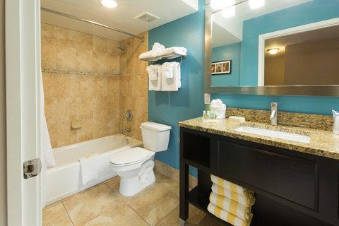 Holiday Inn Resort DAYTONA BEACH OCEANFRONT - Standard Guest Bathroom Ocean Front Room Vanity and Shower Tub