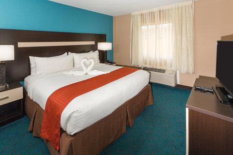 Holiday Inn Resort DAYTONA BEACH OCEANFRONT - Oceanfront King Suite Bedroom